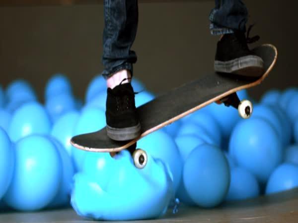 Skateboarding v 5001 balóncích