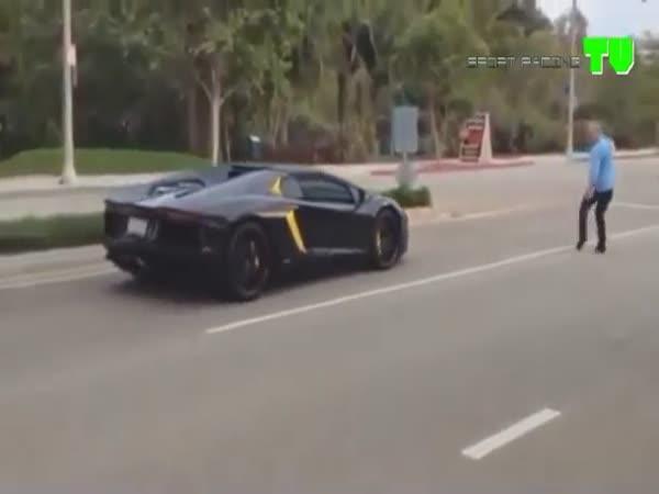 Děda hodí kámen na Lamborghini