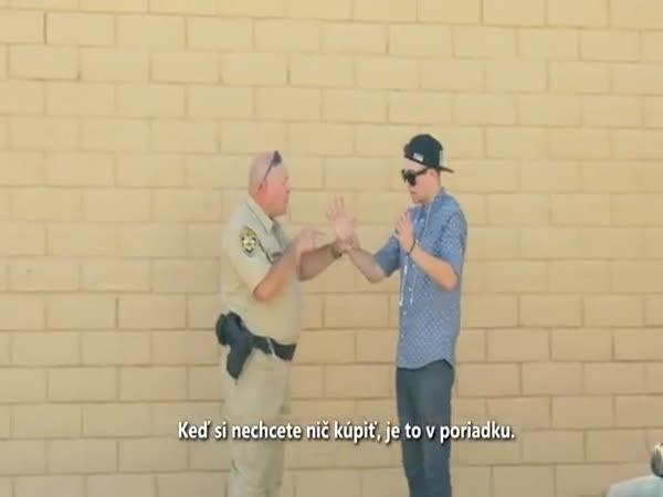 Kouzelník prodává drogy policistovi