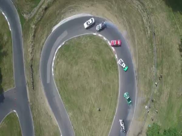 12 driftujících aut najednou
