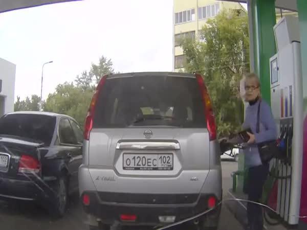 Zmatená ženská na benzínce