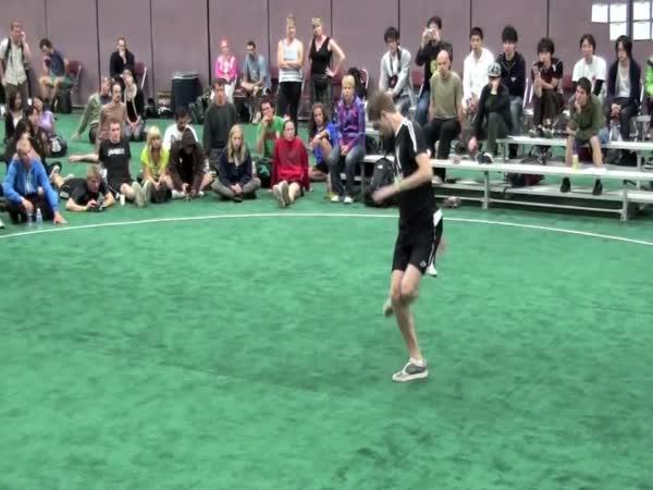 Působivý tanec s míčkem