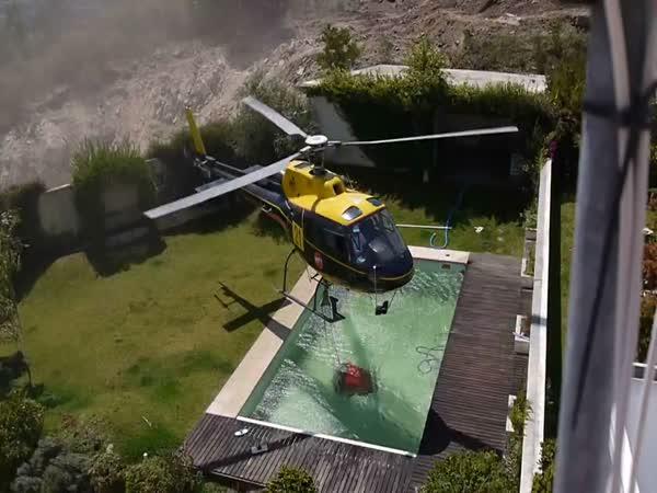 Helikoptéra hasí vodou z bazénu