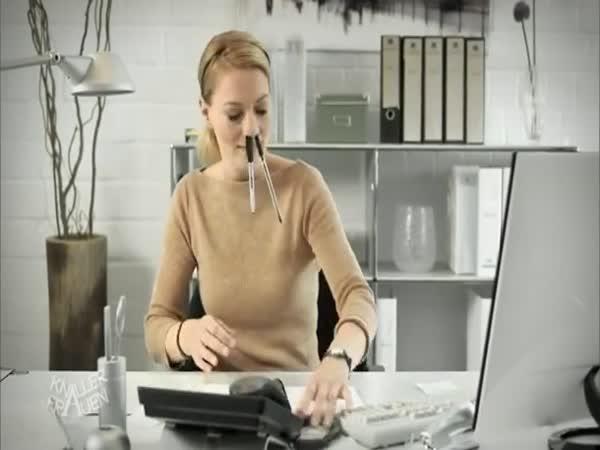 Blondýnka hledá pero