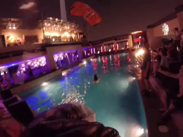 Jak chodí na bazénovou párty borec