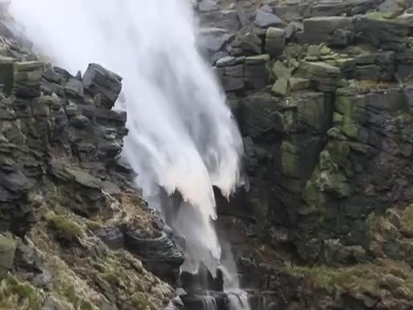 Vodopád, co teče opačně