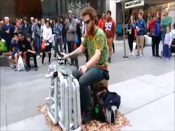 Týpek hraje techno house na trubky