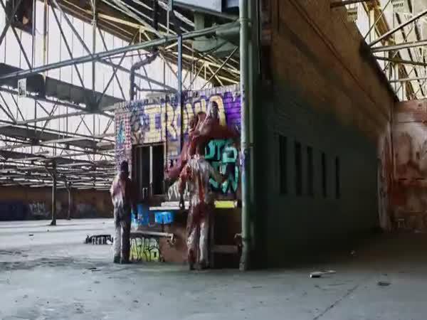 Grafiťáci v opuštěném skladě