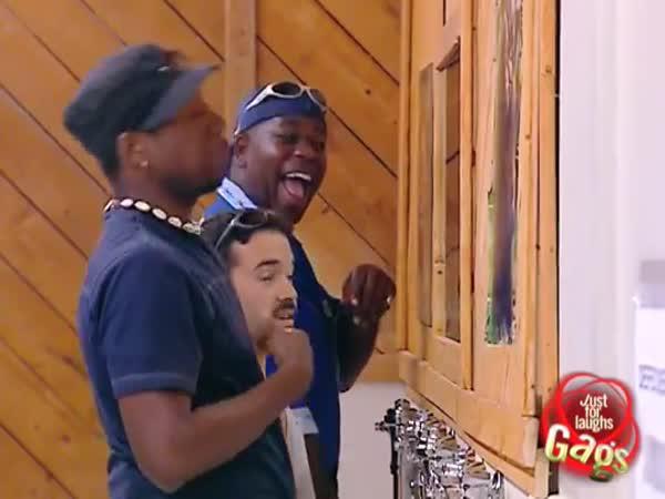 Černoši se smějí bělochovi na WC
