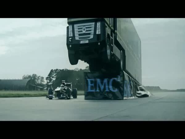 Kamion přeskočí formuli F1