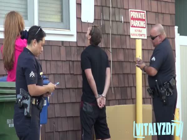 Provokace policistů s figurínou
