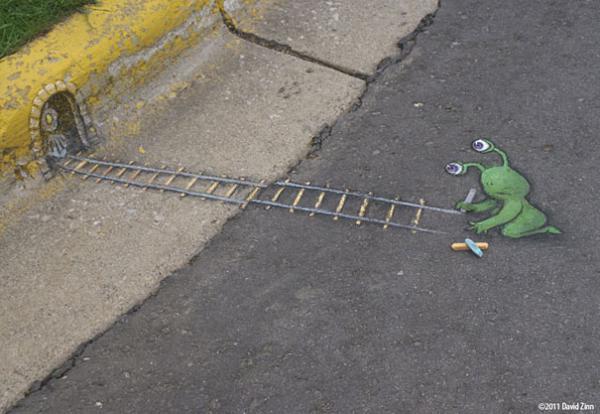 GALERIE - Zelený mimozemšťan na chodníku