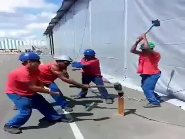 Týmová práce - zatloukání kolíku
