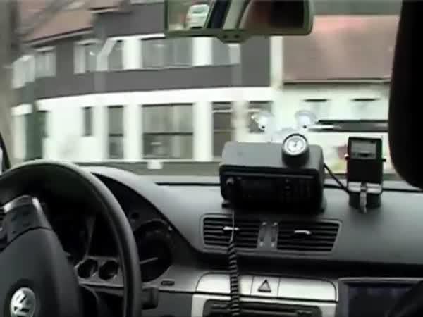 Policejní VW passat lovil řidiče