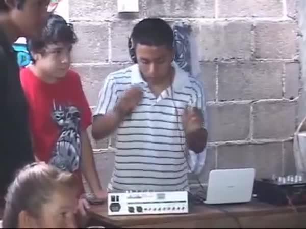 Nejtrapnější DJ hraje bez zdroje