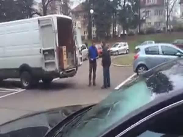 Pomatený magor napadl kurýra - ČR