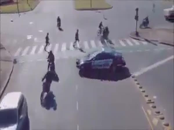 Velice rušná křižovatka s přechodem