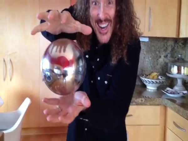 Kouzelník a jeho levitující koule