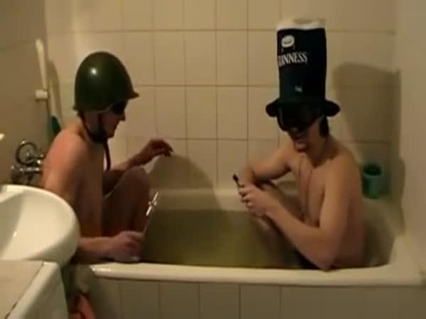 Idioti ve vaně s ohňostrojem