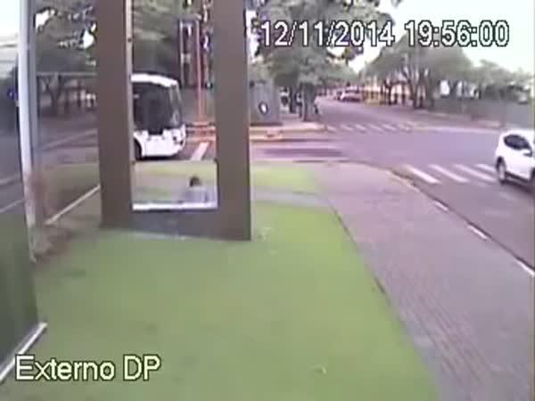 Pospíchal na autobus