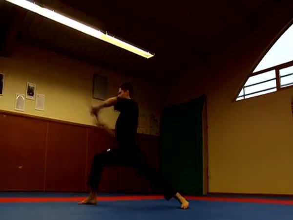 Mistr světa v žonglování zbraněmi