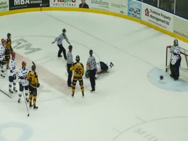 Hokejová bitka s použitím helmy