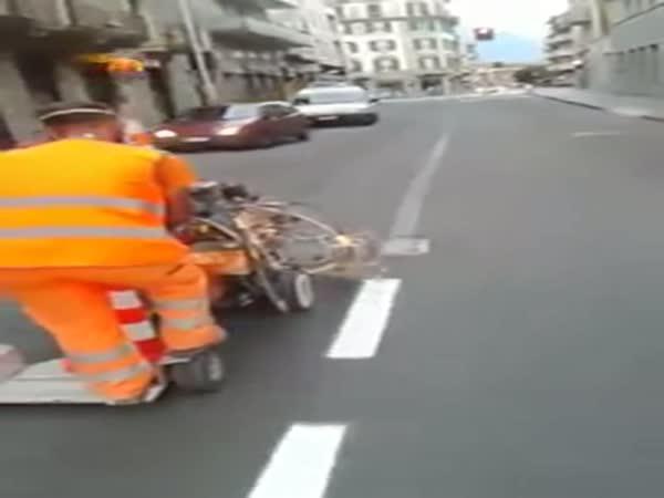 Borec maluje čáry na silnici