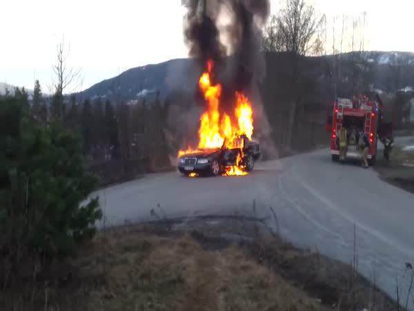 Jedoucí hořící auto