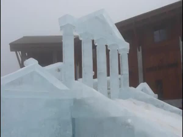 Ledový chrám z 50 tun ledu