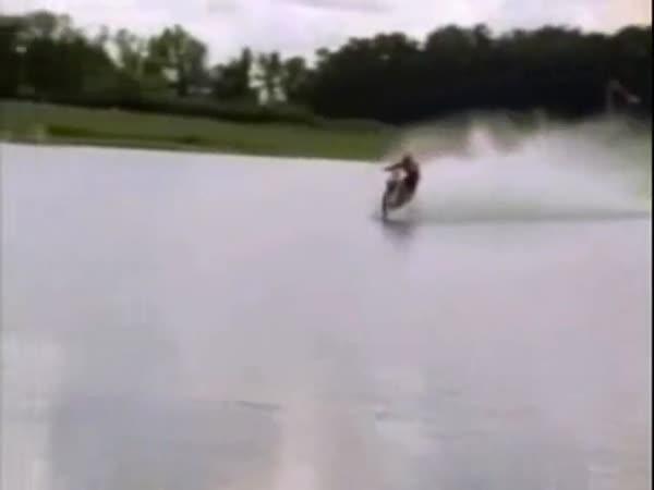 Motorka jezdící po vodní hladině