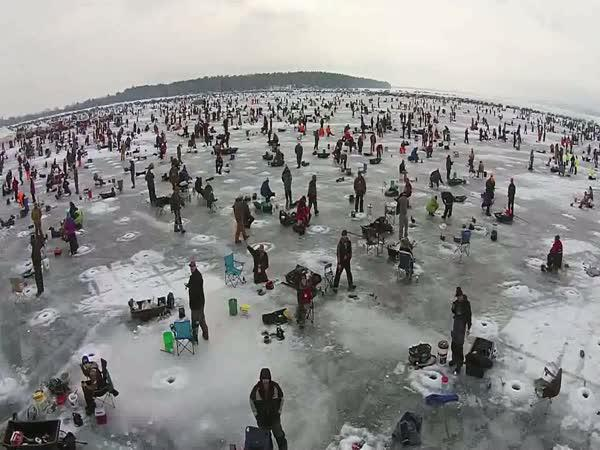 Rybářská párty na jezeře