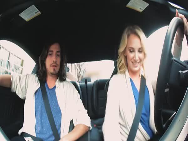 Holka dělá, že neumí řídit