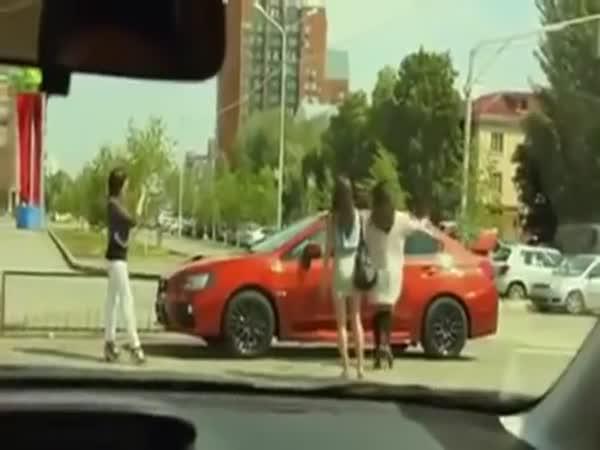 Auto šokuje lidi, mění barvu
