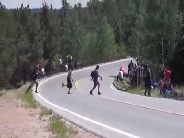 Blázni přecházejí závodní trať