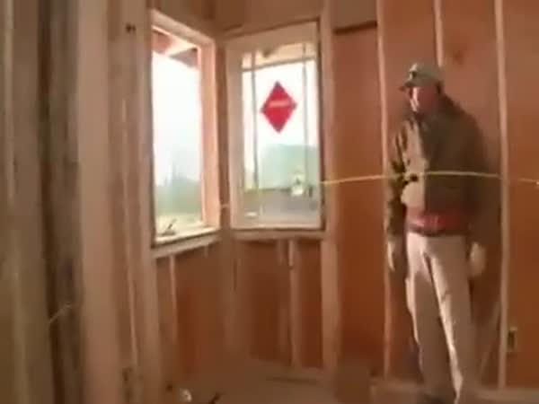 Borec se svinovacím metrem