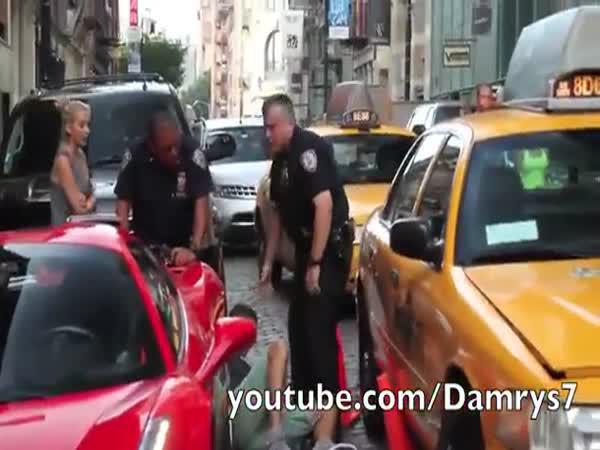 Policajti zmydlí nafrněného řidiče Ferrari