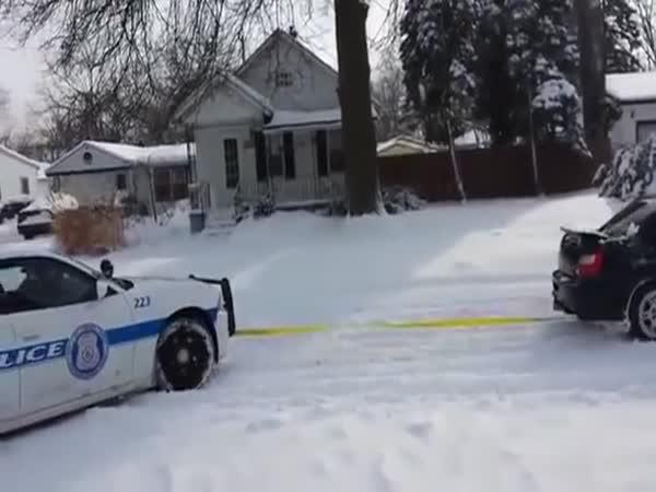 Pomohl policistům vytáhnout zasněžený vůz