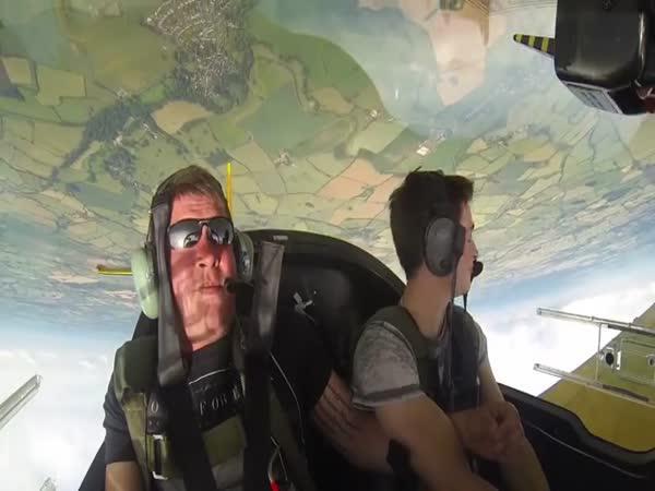 Kamarád v akrobatickém letadle