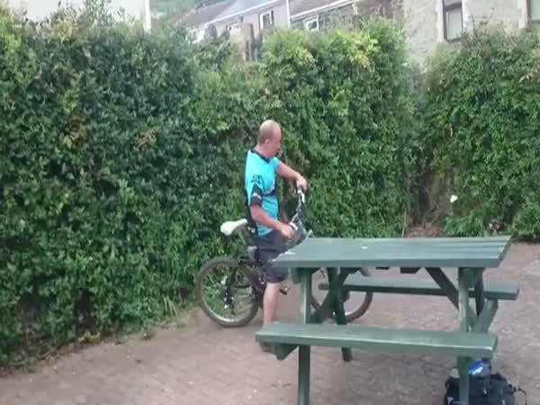 Opilec při jízdě na kole