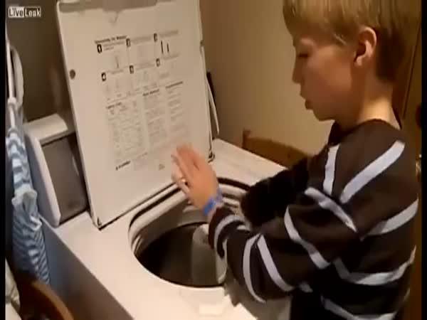 Malý talent hrající na pračku