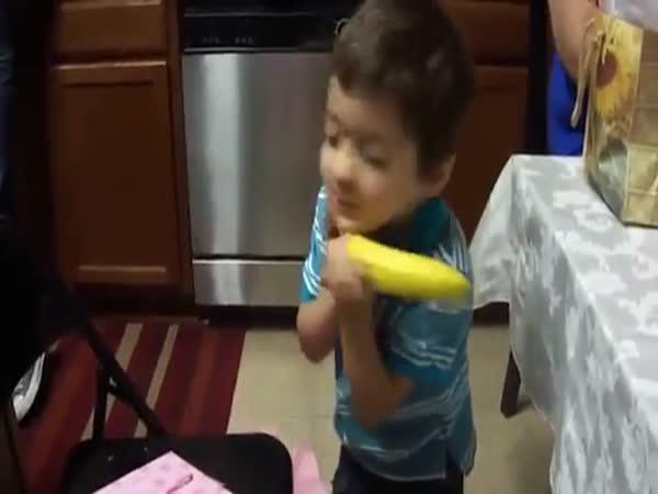 Chlapeček dostal jako dárek obyčejný banán