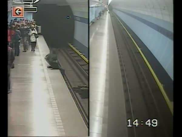 Lidé zabránili sebevraždě v pražském metru