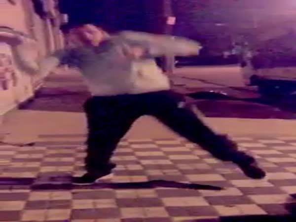 Muž tančící na alarm od auta