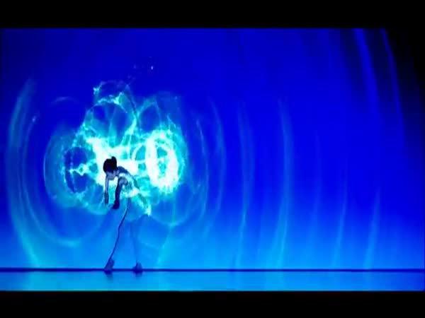 2 dívky tancují v modrém světle
