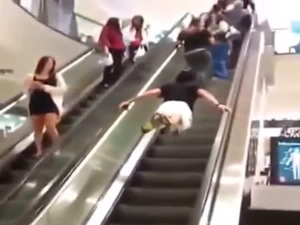 Superman na eskalátoru