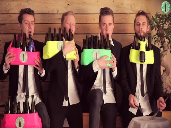 Kapela hraje na láhve od piva