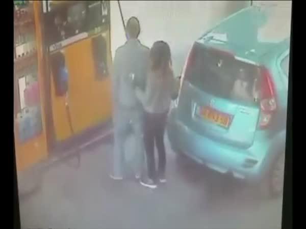 Bláznivá žena na benzínce