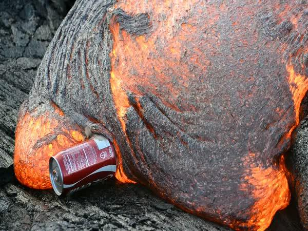 Když dáte Coca-Colu do lávy