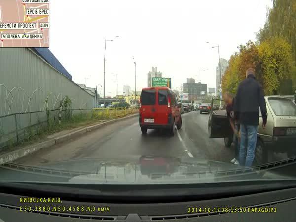 Ukrajina - Předjíždění po chodníku