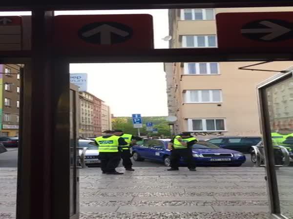 Boj Městské policie proti taxikářům